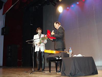 岩本会長から記念の楯を授与